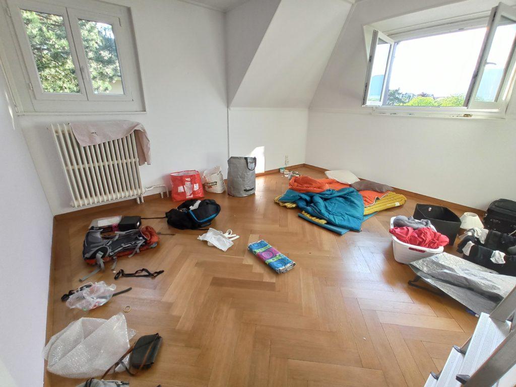Une chambre presque vide avec matelas au sol